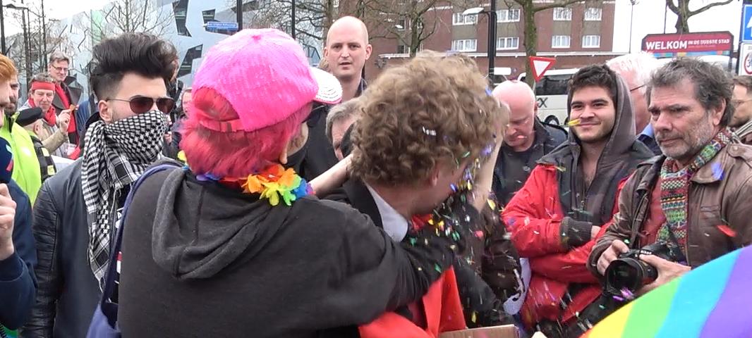 Roze 'tolerantie': beschaafd protest tegen Suitsupply krijgt woedende lhbt'ers over zich heen